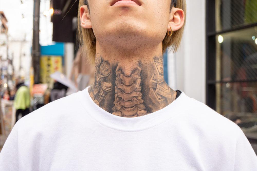 大阪・タトゥースナップ|首に骨のブラックアンドグレイ