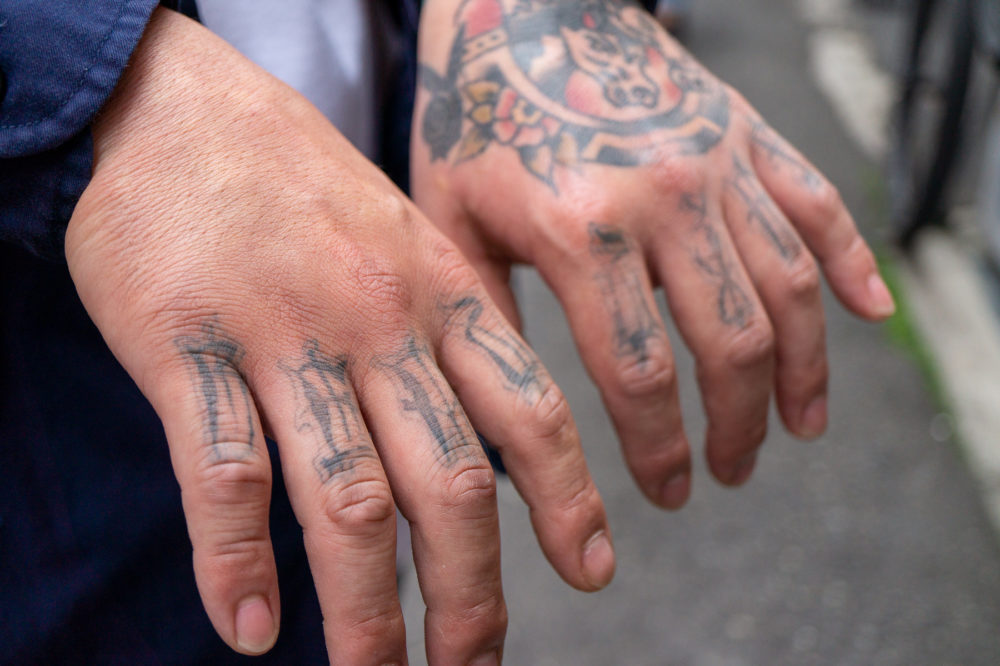 指のレタリングタトゥー