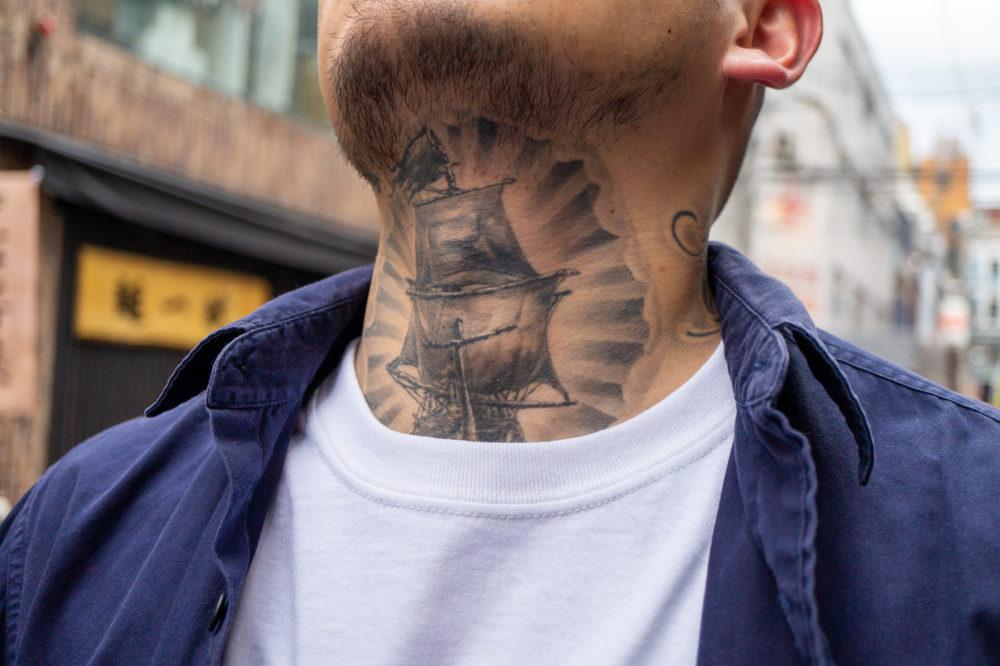 首に帆船(シップ)タトゥー