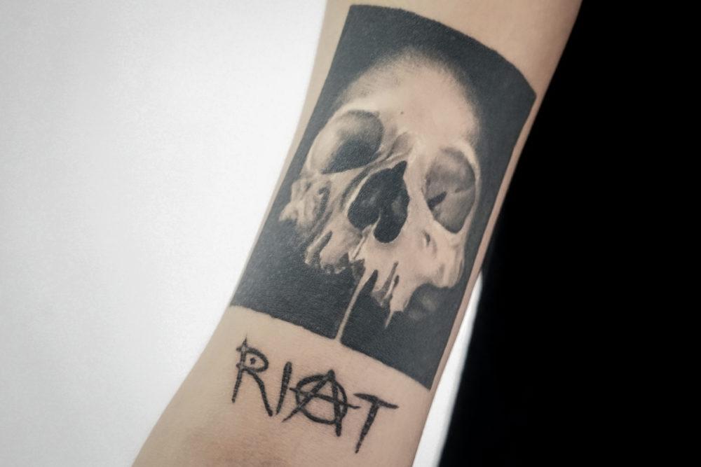 スカル(骸骨)|FUJI TRILLさん(DJ・PRODUCER)のタトゥー|ブラックアンドグレイ