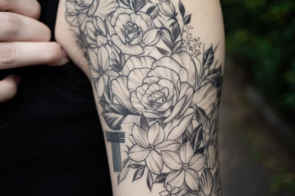 腕・お花|ブラックワークタトゥー・ブラックアンドグレイ