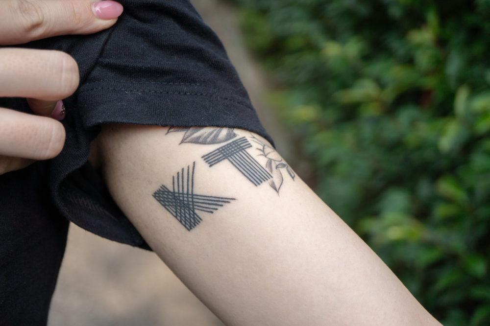 腕・KTのロゴ|ブラックワークタトゥー・ブラックアンドグレイ