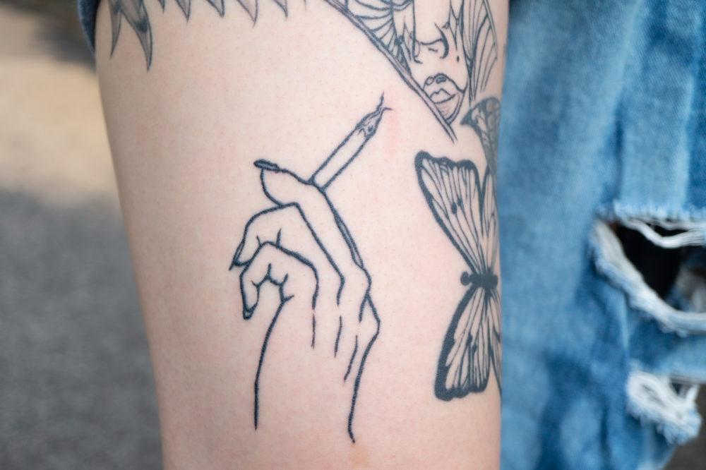 脚・タバコ|ブラックワークタトゥー・ブラックアンドグレイ