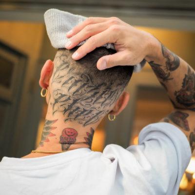 頭のレタリングタトゥー